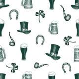 Modello disegnato a mano dei seamles di vettore con il cappello del leprechaun, trifoglio, tazza di birra, barilotto, vaso dorato Immagini Stock Libere da Diritti