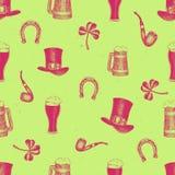 Modello disegnato a mano dei seamles di vettore con il cappello del leprechaun, trifoglio, tazza di birra, barilotto, vaso dorato Fotografia Stock
