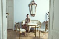 Modello elegante nella stanza di lusso Fotografia Stock