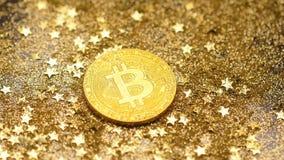 Modello famoso Glitters di Bitcoin dell'oro di macro fra le stelle dorate video d archivio