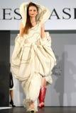 Modello femminile ad una sfilata di moda rumena nella città di Bucarest Immagine Stock Libera da Diritti