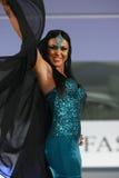 Modello femminile ad una sfilata di moda rumena nella città di Bucarest fotografia stock