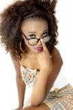 Modello femminile africano che esamina gli occhiali, con le labbra rosa Immagine Stock