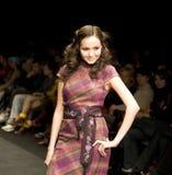 Modello femminile alla sfilata di moda Fotografia Stock