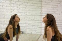 Modello femminile attraente in attrezzatura di yoga che fa yoga fotografia stock libera da diritti
