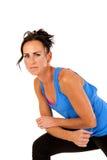Modello femminile attraente che riposa dopo il suo allenamento di forma fisica Immagini Stock