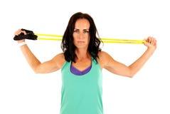 Modello femminile attraente durante l'allenamento di forza del braccio Fotografia Stock Libera da Diritti