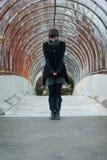 Modello femminile che osserva giù Fotografie Stock Libere da Diritti