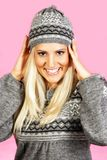 Modello femminile dei capelli leggeri, vestito in abbigliamento di inverno Fotografia Stock