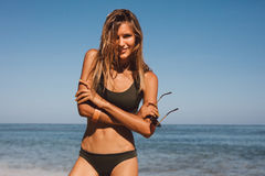 Modello femminile del bikini sulla spiaggia fotografie stock