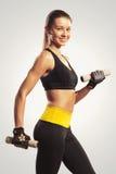 Modello femminile di forma fisica con le teste di legno Immagini Stock Libere da Diritti