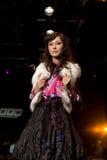 Modello femminile di Glam ad una sfilata di moda (Fashio russo Fotografie Stock