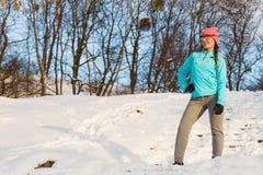 Modello femminile di sport di forma fisica all'aperto in tempo freddo di inverno Fotografia Stock