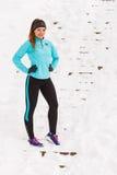 Modello femminile di sport di forma fisica all'aperto in tempo freddo di inverno Fotografie Stock Libere da Diritti