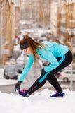 Modello femminile di sport di forma fisica all'aperto in tempo freddo di inverno Fotografia Stock Libera da Diritti