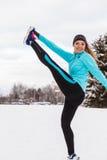 Modello femminile di sport di forma fisica all'aperto in tempo freddo di inverno Fotografie Stock