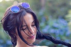 Modello femminile nel paesaggio naturale Fotografie Stock