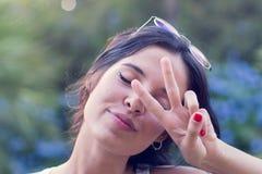 Modello femminile nel paesaggio naturale Fotografia Stock Libera da Diritti