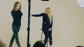 Modello femminile nella posa nera per la foto in studio, modello formativo di formazione degli insegnanti femminile Slow Motion archivi video