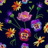 Modello floreale senza cuciture con le viole del pensiero e le camomille ricamate Immagine Stock