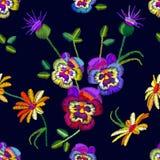 Modello floreale senza cuciture con le viole del pensiero e le camomille ricamate Immagini Stock Libere da Diritti