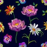 Modello floreale senza cuciture con le viole del pensiero e le camomille ricamate Fotografie Stock