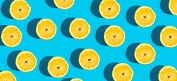 Modello fresco del limone su un fondo blu vivo Fotografie Stock