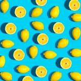 Modello fresco del limone su un fondo blu vivo Fotografia Stock