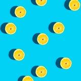Modello fresco del limone su un fondo blu vivo Fotografia Stock Libera da Diritti