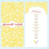 Modello fresco del menu di estate con le fette luminose gialle del limone Fotografie Stock Libere da Diritti