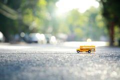 Modello giallo del giocattolo dello scuolabus l'incrocio di strada Immagini Stock Libere da Diritti