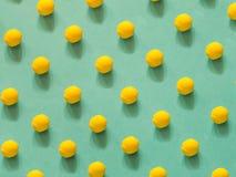 Modello giallo della pallina da tennis su verde fotografia stock