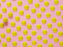 Modello giallo della pallina da tennis sul rosa fotografie stock libere da diritti