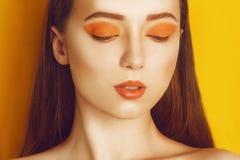 Modello Girl di bellezza con trucco professionale giallo/arancio Donna arancio di modo del rossetto e dell'ombretto con capelli l fotografia stock libera da diritti