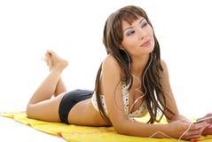 Modello grazioso che porta bikini nero su bianco fotografia stock