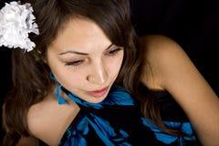 Modello grazioso con il fiore in suoi capelli fotografia stock libera da diritti