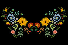 Modello indigeno della scollatura del ricamo con i fiori di fantasia royalty illustrazione gratis
