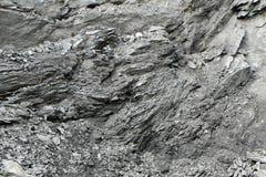 Modello irregolare di una parete rocciosa ad una cava Immagini Stock Libere da Diritti