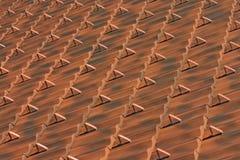 Modello marrone-rosso delle mattonelle di tetto dell'argilla immagini stock libere da diritti