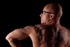 Modello maschio adatto con i tatuaggi Immagine Stock