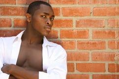 Modello maschio bello con lo sguardo serio e le braccia Fol Fotografie Stock Libere da Diritti