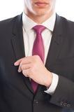 Modello maschio di affari alla moda che ripara il suo rivestimento del vestito Immagini Stock