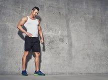 Modello maschio di forma fisica in canottiera sportiva bianca dopo l'allenamento Fotografie Stock Libere da Diritti