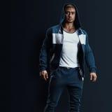 Modello maschio di forma fisica in maglietta felpata Fotografia Stock Libera da Diritti