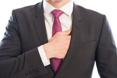 Modello maschio elegante che raggiunge la sua tasca interna del vestito Fotografie Stock