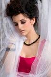 Modello moderno del brunette del victorian in vestito rosso Fotografie Stock Libere da Diritti