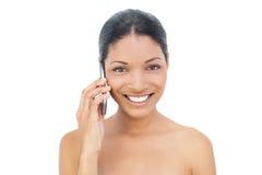 Modello moro sorridente sul telefono Immagini Stock