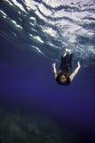 Modello nell'immersione subacquea nera del vestito Immagini Stock