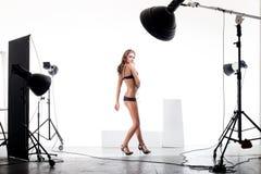 Modello nello studio moderno della foto Fotografia Stock
