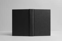 Modello nero del libro dalla copertina rigida - aperto fuori Priorità bassa della parete Fotografia Stock Libera da Diritti